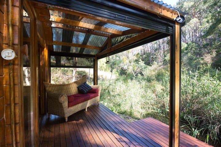 hideyHOLE Hut with wildlife