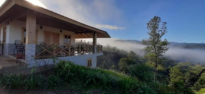 Hermosa casita entronada en la montaña