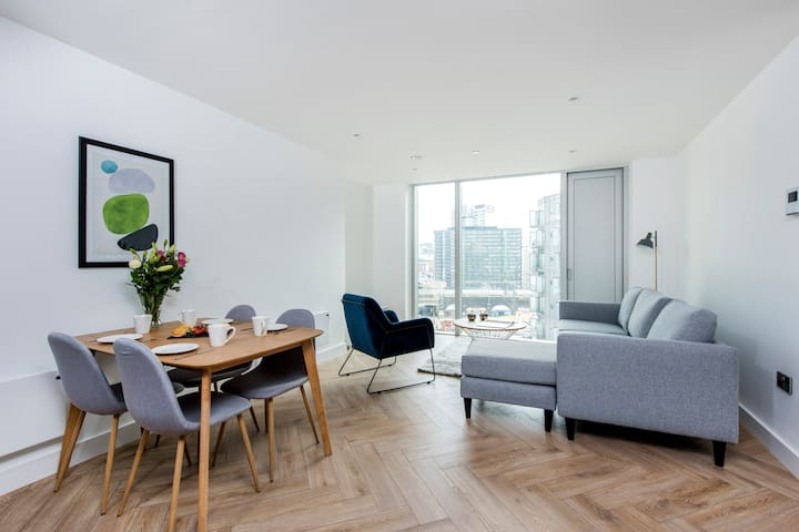 Spacious and stylish 2 bed, 2 bath apartment