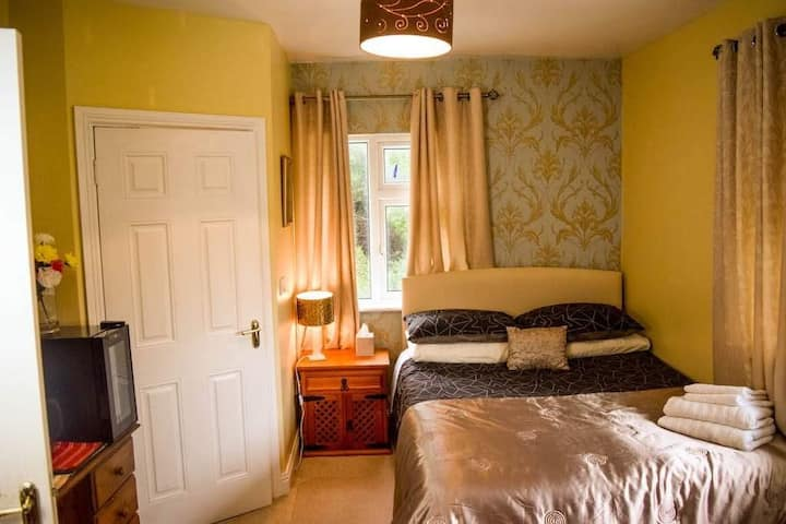 large room mins walk to racecourse and bus route