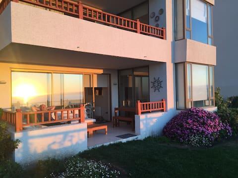 Exquisito departamento con jardín y vista al mar