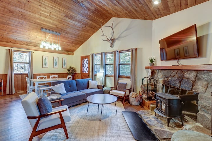 Remodeled home w/wood stove & shuttle route between 2 ski mountains