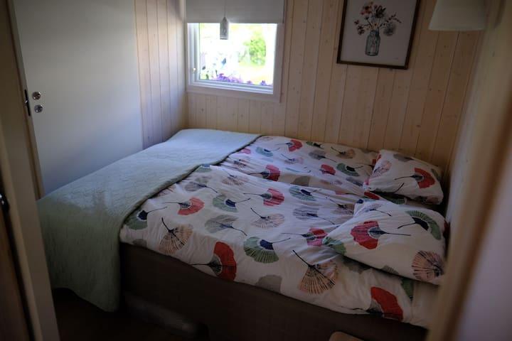 Mindre sovrumsdel med plats för två. Dragdörrar till badrummet och vardagsrummet.