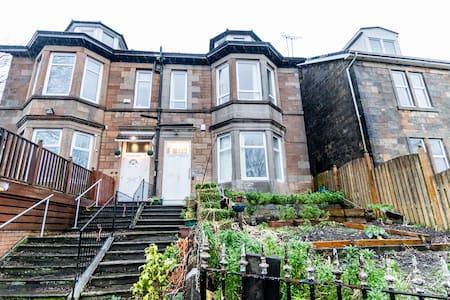Top floor double room in lovely Victorian house