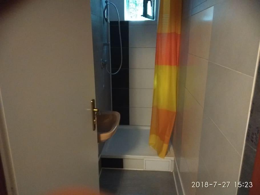 sdílený sprchový kout