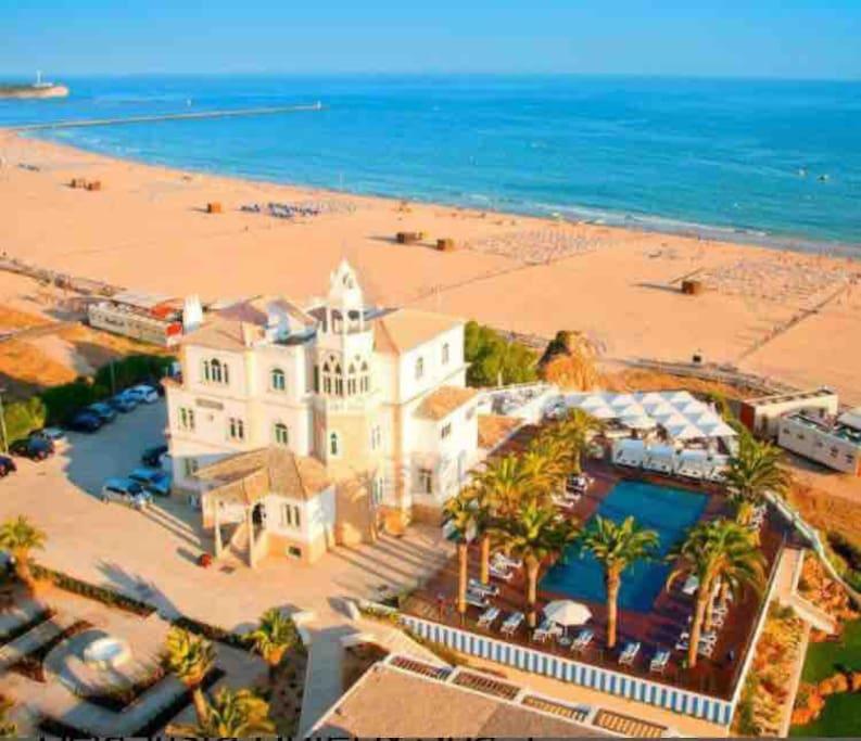 Praia da Rocha  Onde fica localizado um dos mais bonitos hotéis do mundo!