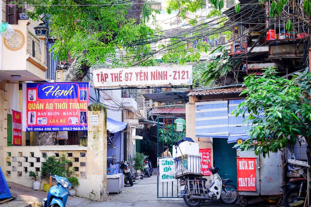 2. Go straight to the Lane 54 and see Tap The 97 Yen Ninh, go through the gate.