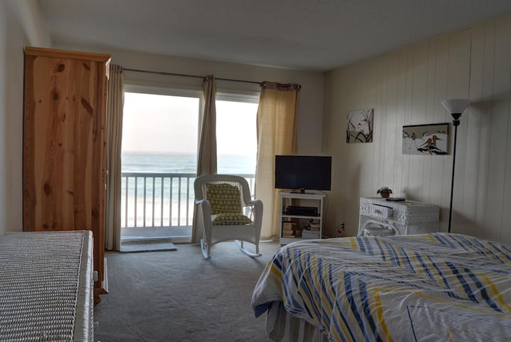 Cozy studio condo with oceanfront views of the Pacific in Neskowin, Oregon!