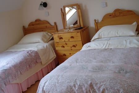 Twin room with Electric shower Wi-Fi - Glenties