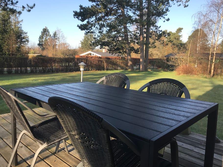 Terrasse med havebord og 4 stole