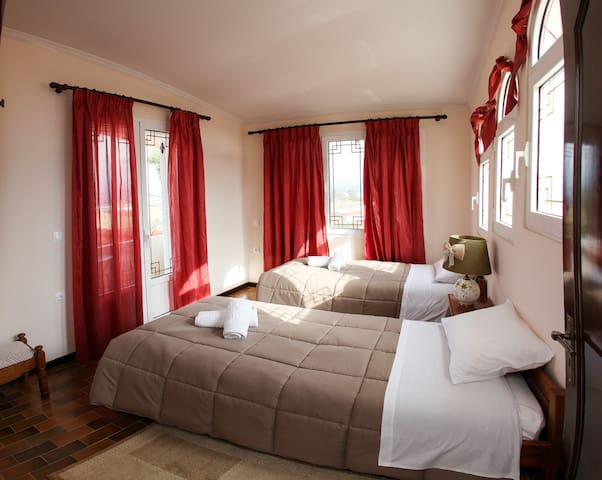 3ο υπνοδωμάτιο Βίλλας με 2 μονά κρεβάτια, πολύ φωτεινό