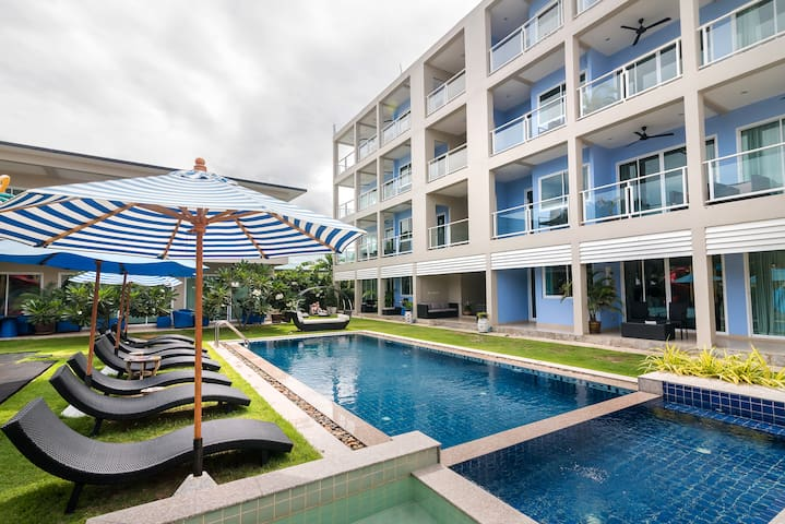2 Bedroom Apartment with Pool View, 1min to Beach