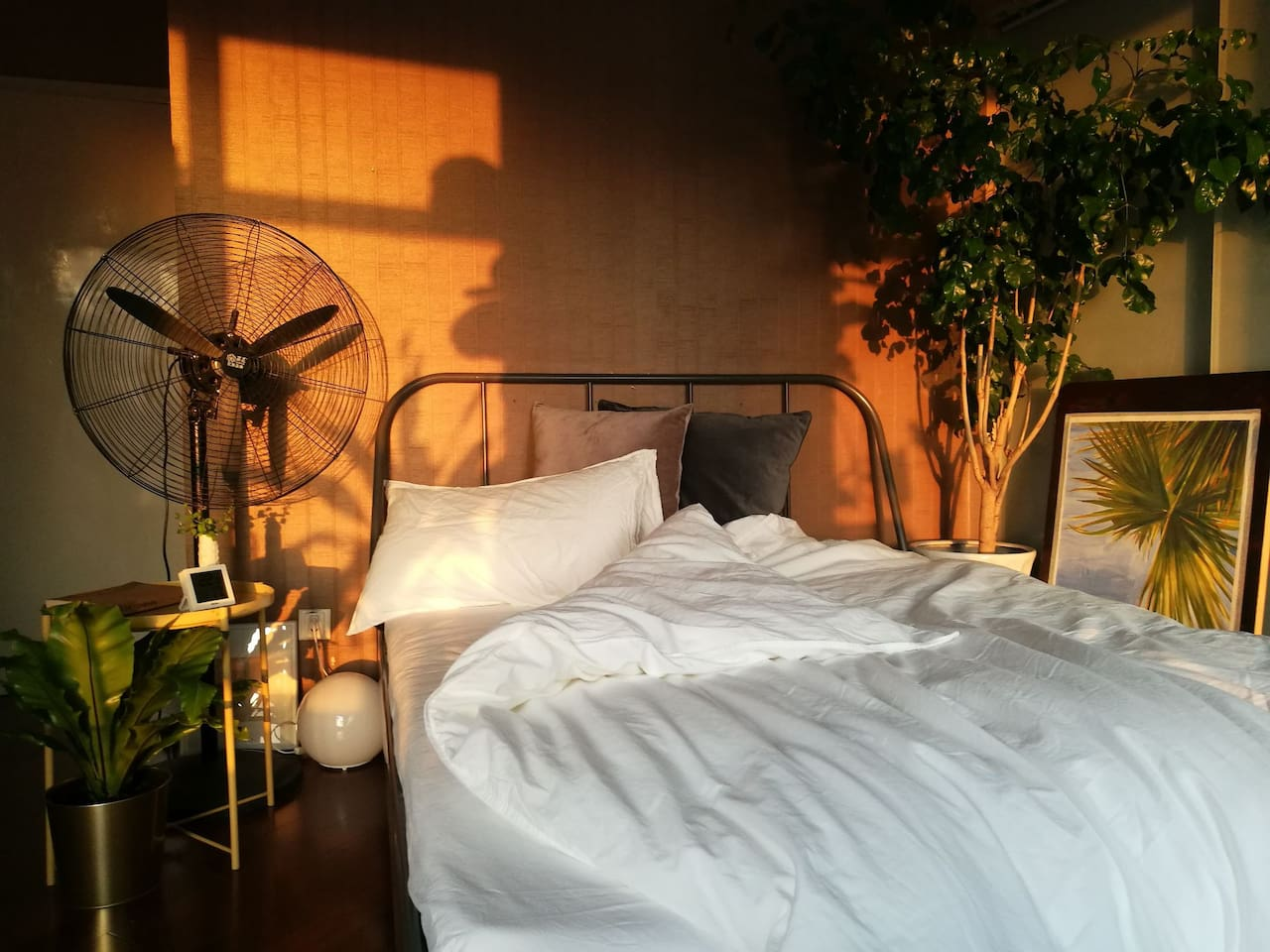 In the winter season, I move my bed towards the sunlight, you can enjoy Every Single moment of this city's beautiful sunset.(bed width 150cm)I'm always into inviting my close friends to come and enjoy the happiness sunset moment with me.