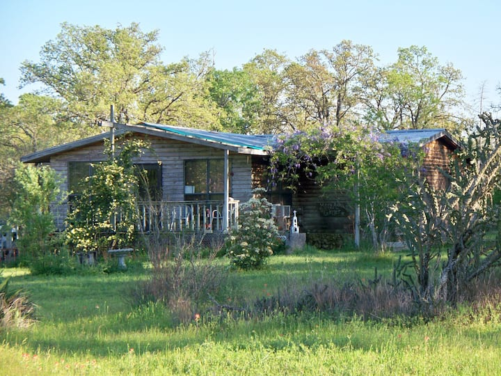 Cozy Cabin on 2 acres close to Austin and Bastrop