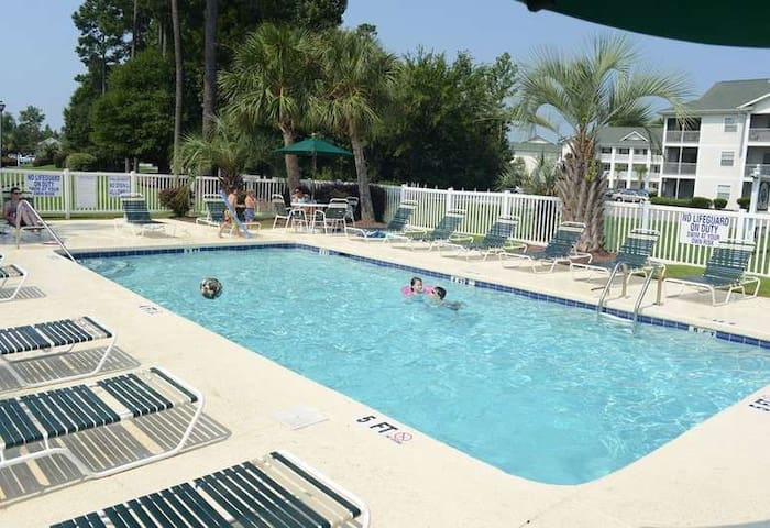 2BR River Oaks Golf Course condo w/pool access