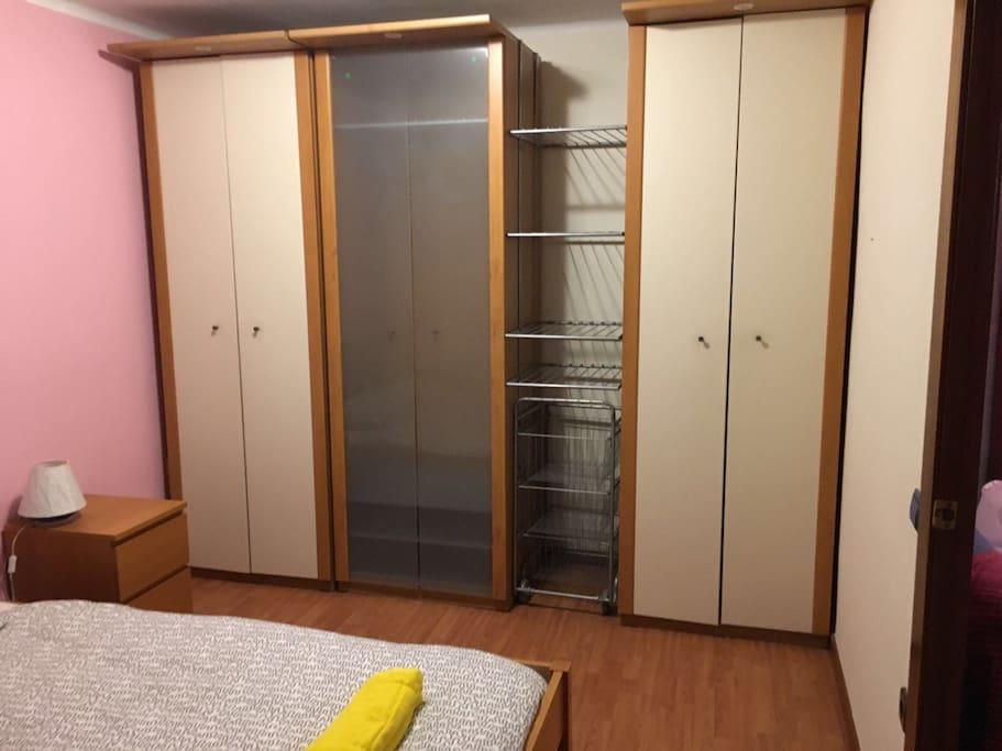 Gran armario con perchas