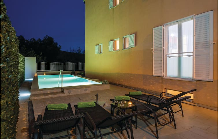 Holiday cottage with 3 bedrooms on 206m² in Mlini