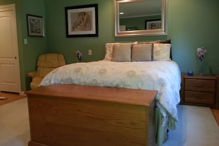 Master Bed/Bath in Quiet Mt. View, Ca Neighborhood - Mountain View