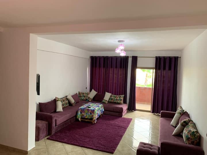 chambre avec salle de bain privée et balcon