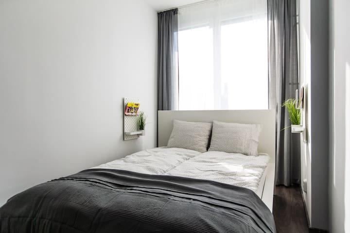 Memóriahabos matrac és párna.  Garantált kényelem! Világos terek, amiket akár napközben is besötétíthetsz a redőnynek köszönhetően!