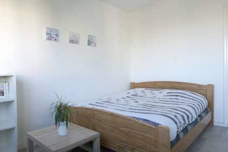 Appartement rénové au centre ville, plages proches