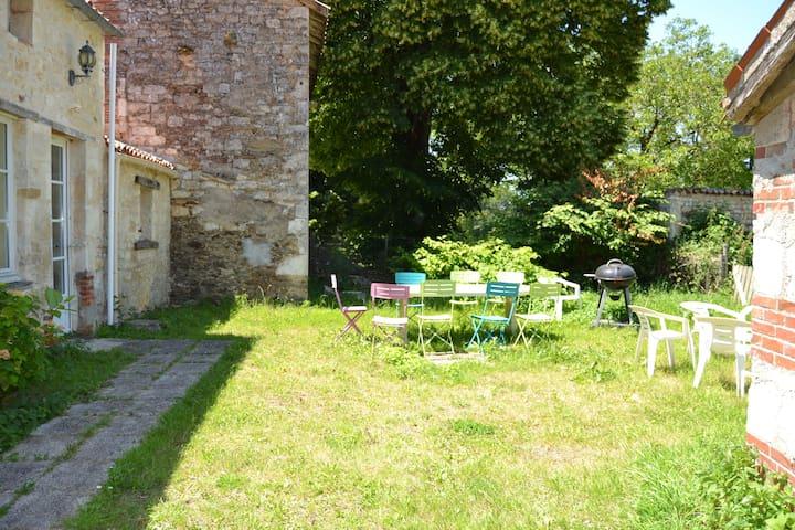 Jardin avec barbecue et salon extérieur