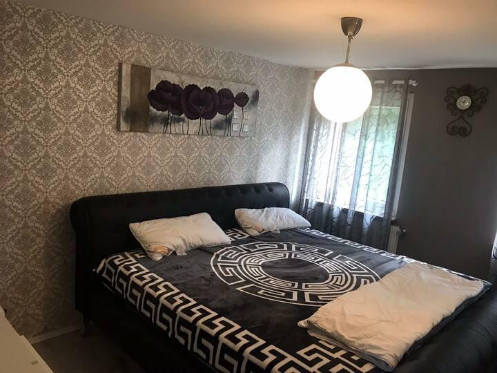 Gemütliches und voll möbliertes Zimmer Hamburgs A+