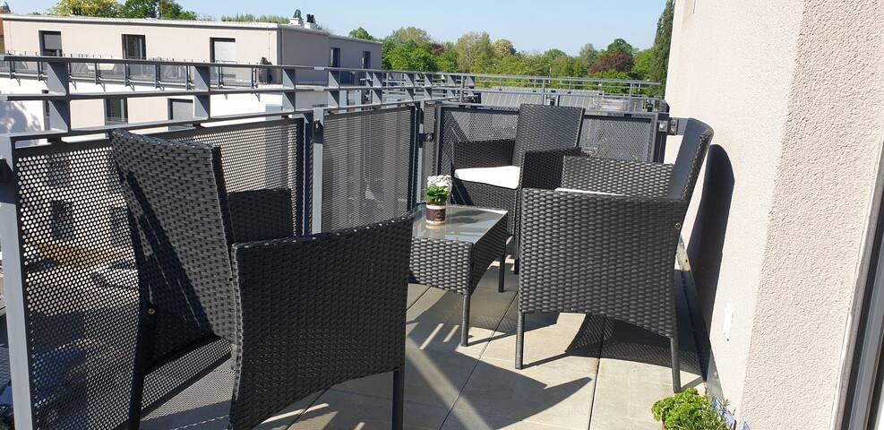Modernes Studio mit Dachterrasse im grünen Zentrum