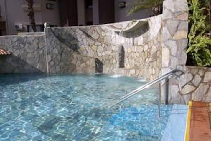 Apto com piscina de água quente ao lado do resort