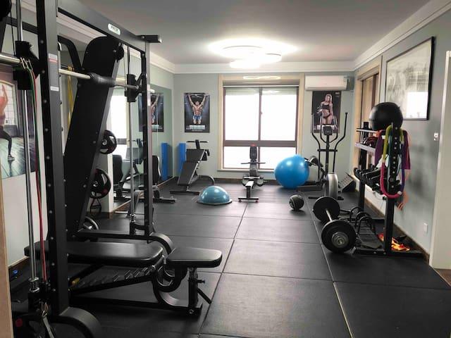 温馨洁静自带健身房的民宿