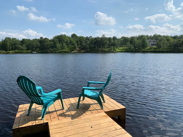 Beautiful Lakefront w Private Beach/Hot Tub/ Boats