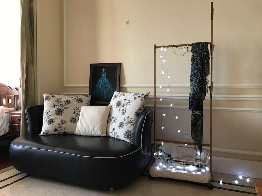 家,其实就是你内心的镜子。画自己画,沙发自己挑选,衣架自己布置。这样才有自己的味道。