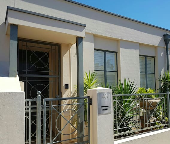 City townhouse near Hutt St and East Parklands - Adelaide - Casa