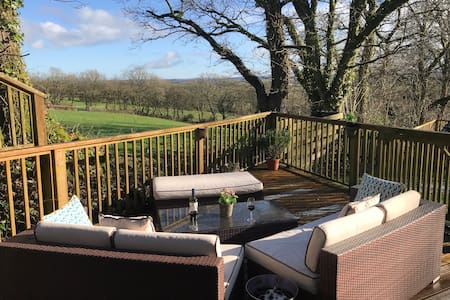 Cosy private rural cottage. Views, garden,  pool.