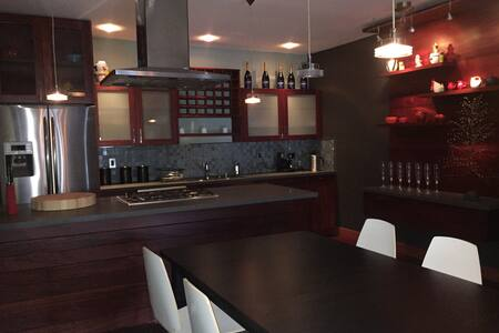 MODERN, TRENDY & CLEAN APT IN AMAZING LOCATION!!! - Condominium