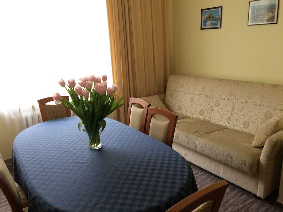 Jadalnia z 2-osobową sofą
