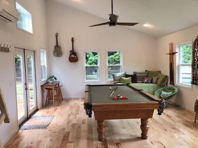 Billiards Bunkhouse- Koi Pond & Outdoor Fireplace