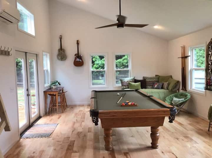 Billiards Bunkhouse- Koi Pond & Outdoor Fireplace