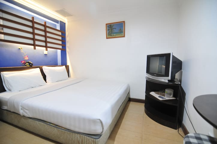 Room by walking distance to train / bus station