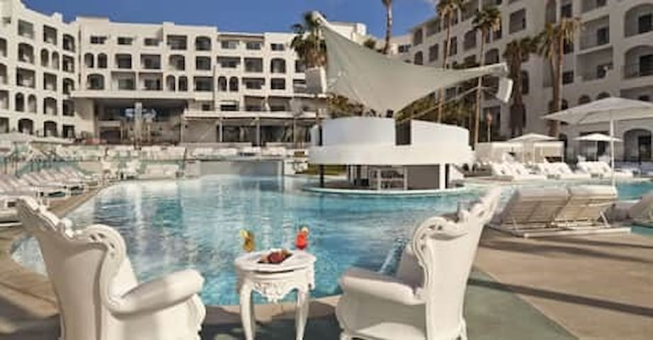 Pool and Wet Bar at ME Cabo