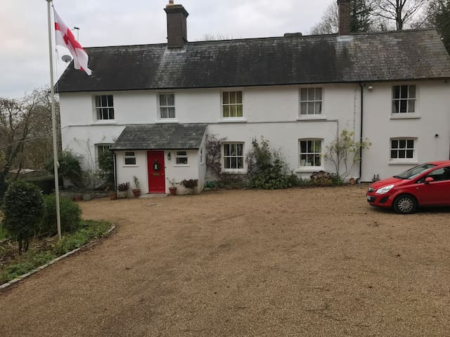 Double room in country house accessible to London