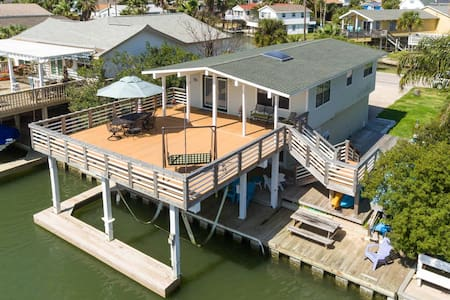 RELAX on Bay Canal! Kayaks, Fishing w/ Outdoor Bar