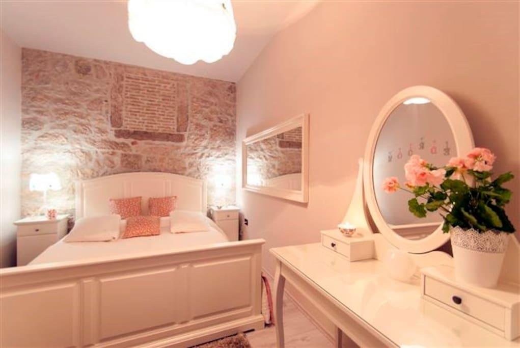 bedroom, chabby chic, stone wall