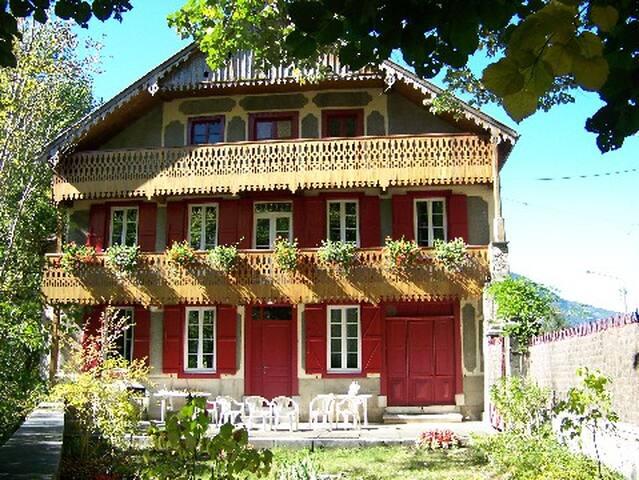 Villa de 1842 en bois au coeur du Pays de l'ours
