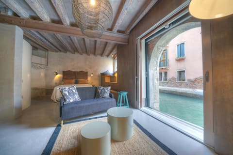 Room N.5 - Design and canal view.