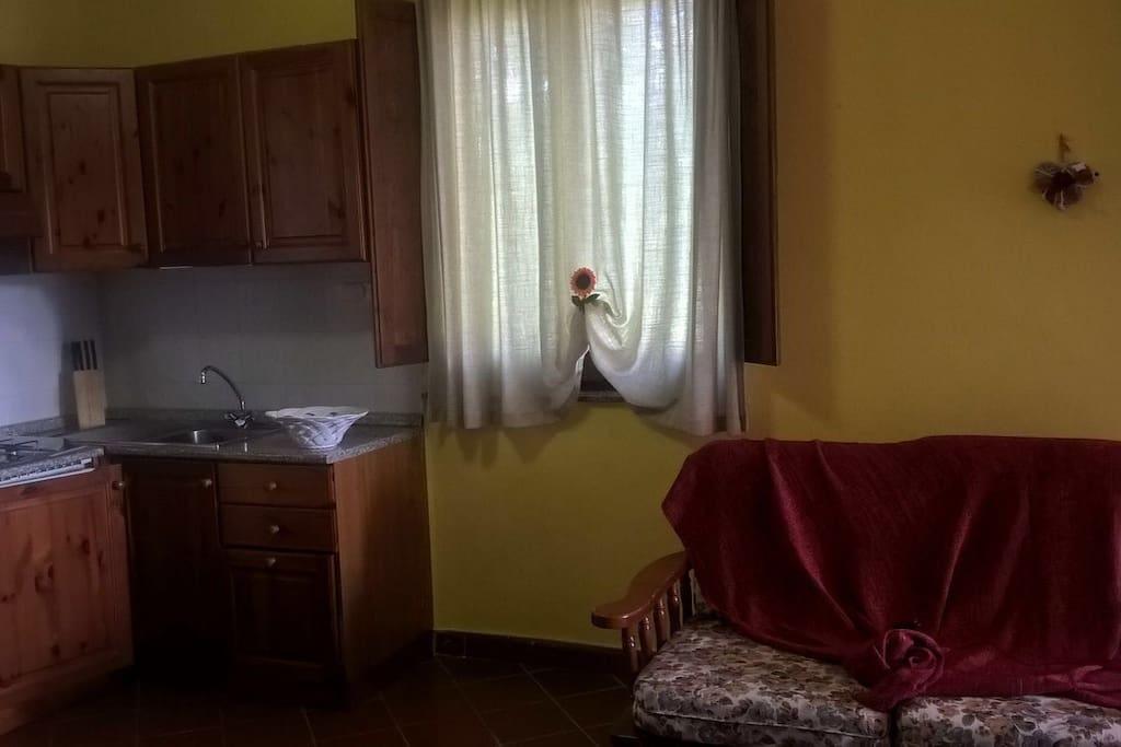 Il soggiorno con angolo cottura