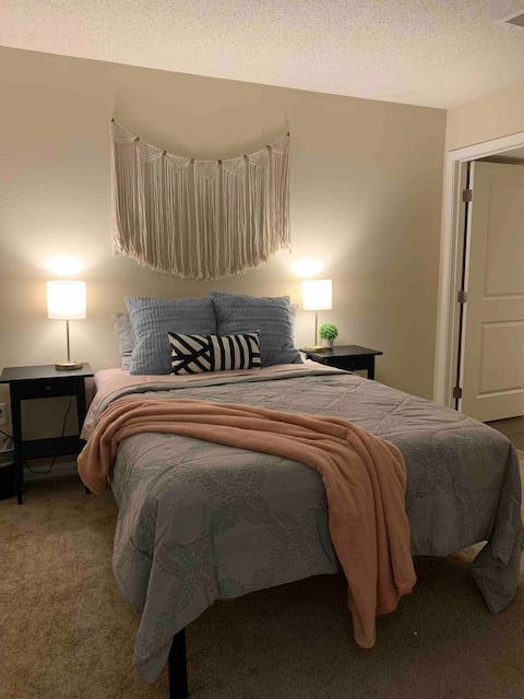 Clean & Comfortable Private Room w/ en-suite Bath
