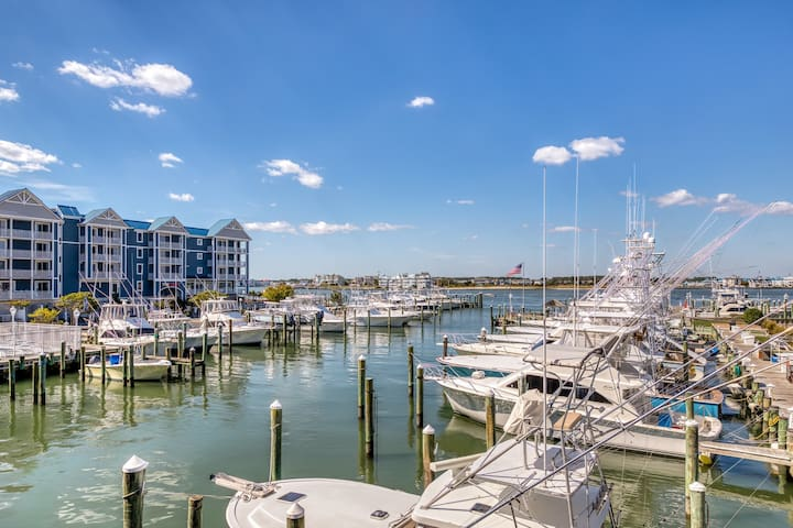 Waterfront condo w/ gorgeous bay views from the balcony & a shared pool