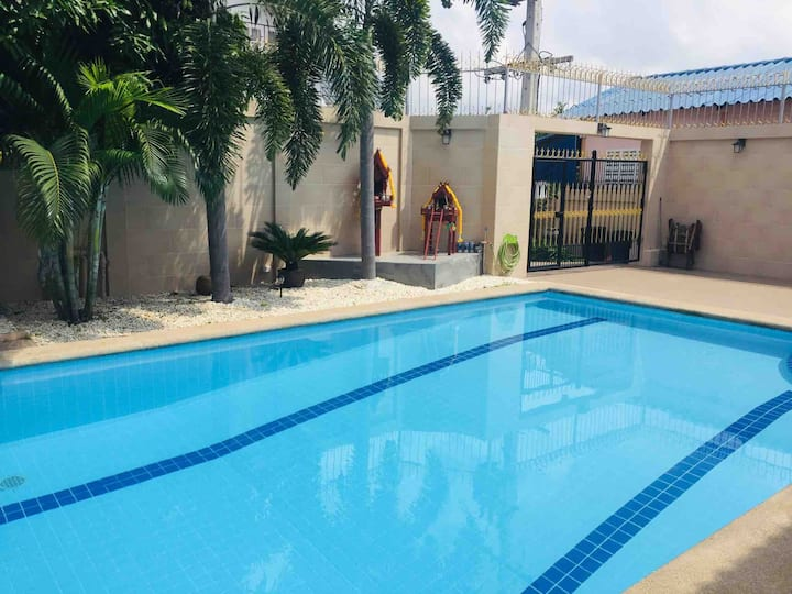 family house pool 3 bed 5 minutes walking street