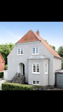 Hus nær centrum i grønne omgivelser